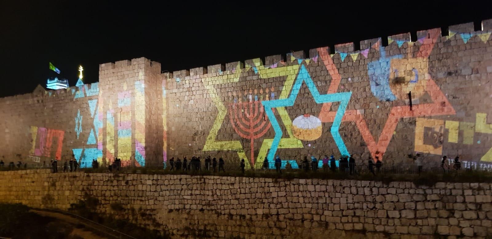מיצג מרהיב של אלמנטים מחג החנוכה על חומות העיר העתיקה. צילום גלי לויטה ליבוביץ